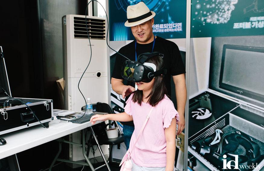 관광과-지난해 9월 열린 성남국제의료관광컨벤션 때 가상현실(VR)기기 체험 중.jpg