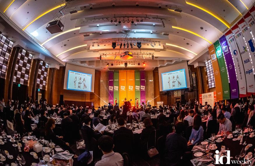 10월2일 양재 엘타워 그랜드홀에서 열린 '아이어워즈 2019'에서 참석자들이 축하공연을 즐기고 있다..jpg