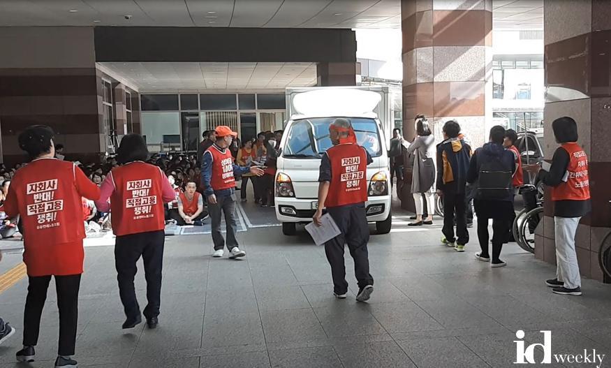 사진1. 시위차량과 용역노조원들이 병원 앞 인도를 점거해 환자들이 도로로 내몰린 상황.JPG