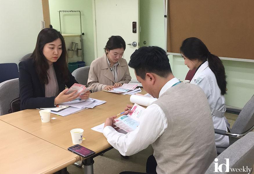 공공의료정책과-성남시 공무원들이 지역 내 병원을 찾아가 '아동의료비 본인부담 100만원 상한제' 홍보 중이다.jpg