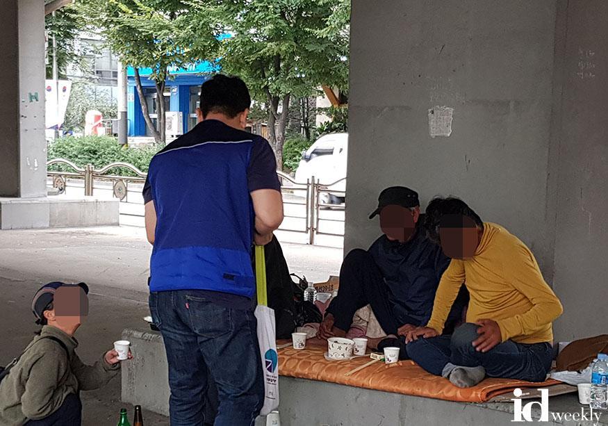 복지정책과-지난 9월 20일 성남 모란고가교 밑에서 노숙인 상담 중.jpg