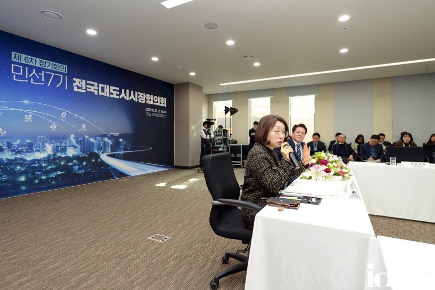 정책기획과-은수미 성남시장이 민선 7기 전국대도시시장협의회 제 6차 정기회의'에서 성남하수처리장 이전 지하화사업 법령개정'을 제안하고 있다.jpg