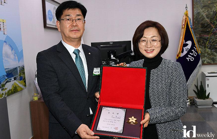 자치행정과-지난해 제1대 명예시장  최만순 씨가 은수미 성남시장에게 위촉패 받고서 기념사진을 찍었다.jpg