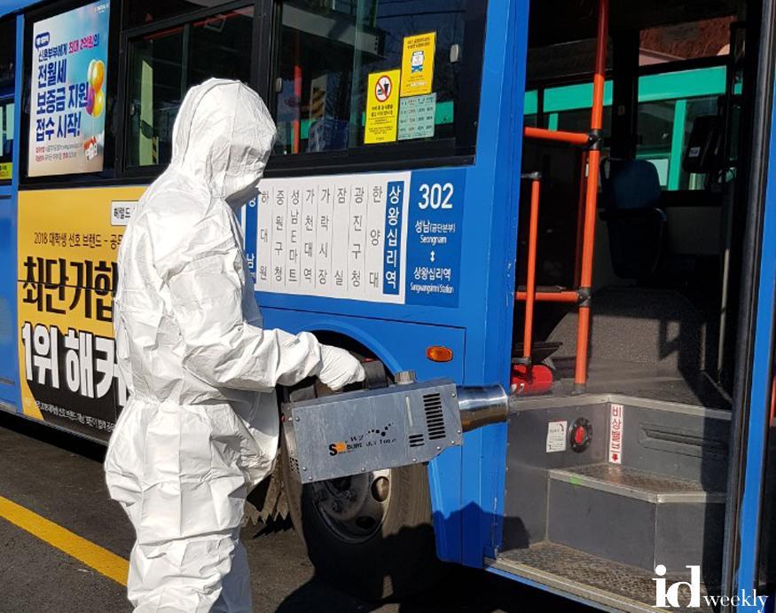 302번 버스 방역하고 있는 모습(3).jpg