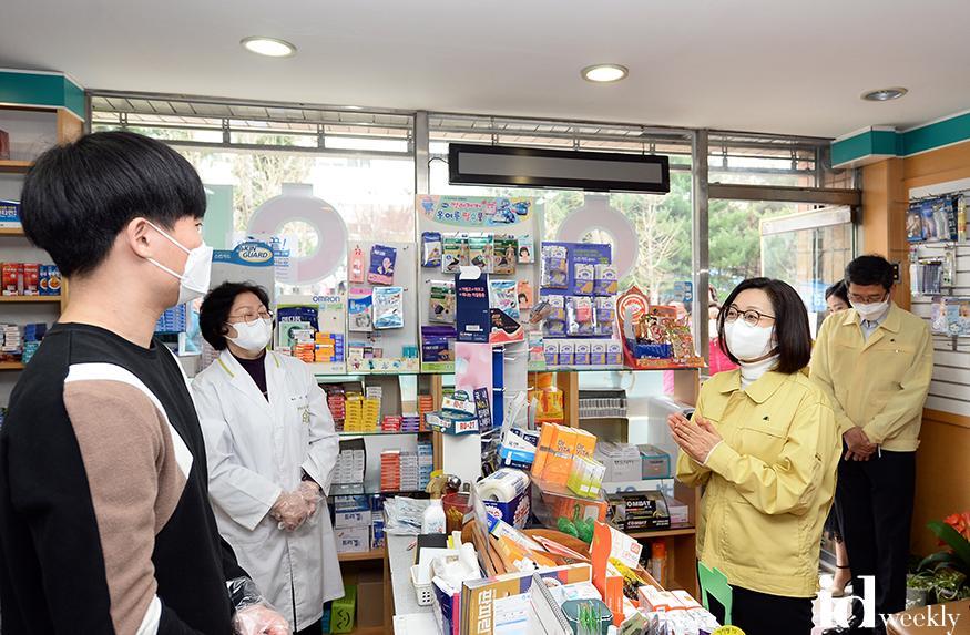 3월27일 은수미 성남시장이 공적마스크판매 약국 현장을 찾았다.jpg