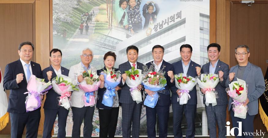 2020-06-26-성남시의회 시의원들, 제13기 경기도시군의장협의회 의정활동 우수의원 표창패 전달식.jpg