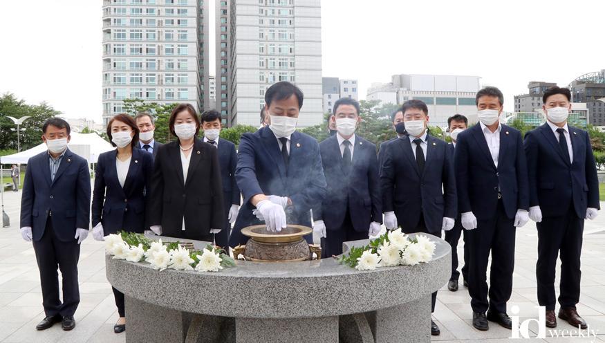 [사진추가]200710 경기도의회 의장단 전후반기 이취임식 (1).jpg