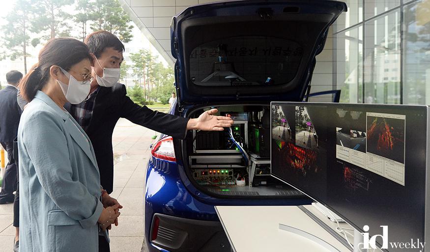 성남시가 8월 5일 시청 광장에서 자율주행차 빅데이터 수집 및 차량제어 기술을 선보였다.jpg
