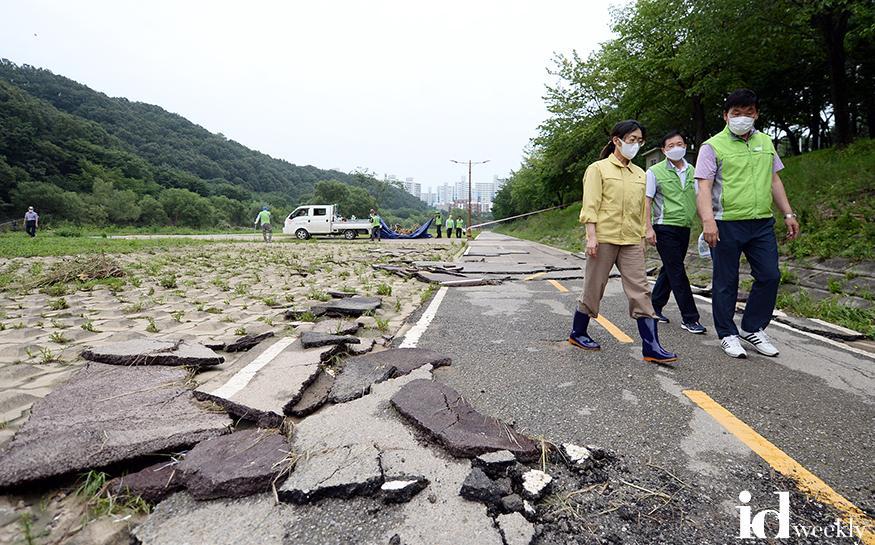 은수미 성남시장이 탄천 산책로의 파손 상황을 점검하고 있다 (2) (1).jpg