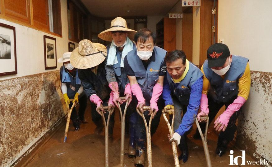 2. 200807 경기도의회 의원 등 100여 명, 수해지역 봉사활동 실시_안성 장현국 의장 등.jpg