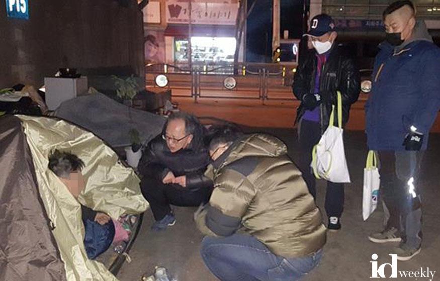 복지정책과-지난 2월 모란고가교 아래 거리노숙인 상담 중.jpg