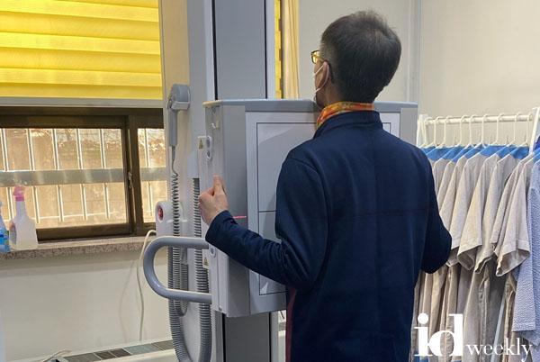 분당구보건소-보건소 방사선실에서 어르신이 결핵 검진을 위한 흉부 엑스레이를 찍고 있다.jpg