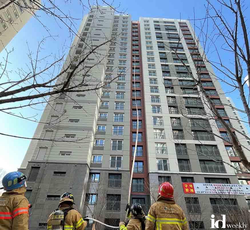 분당소방서가 고층건축물 화재진압훈련을 진행하고있다..jpg